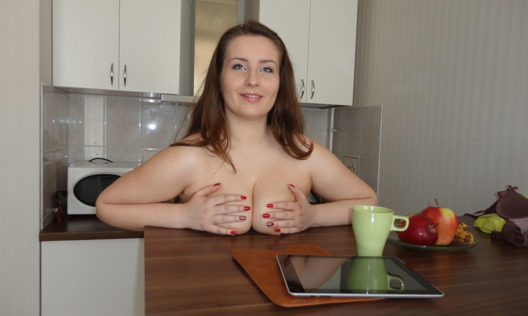 Frau legt nackte Brüste auf den Tisch